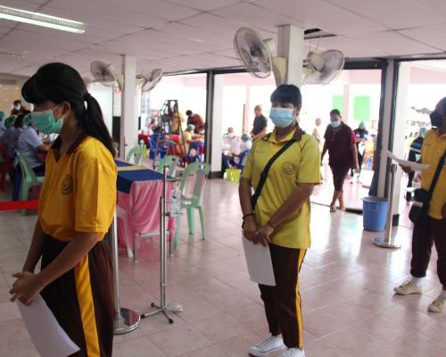 นักเรียนเข้ารับการฉีดวัคซีน (Pfizer)
